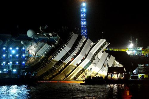 một hệ thống dây cáp gắn kết với các máy bơm thủy lực sẽ nâng con tàu bị lật nghiêng thẳng đứng lên, qua một góc 70 độ.