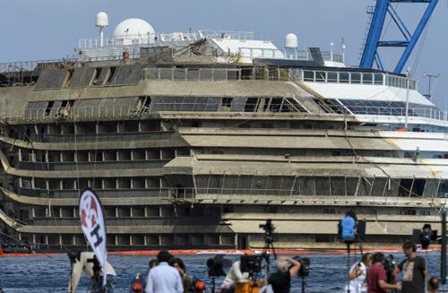 SauMạn trái của tàu vẫn giữ nguyên màu trắng, trong khi mạn phải bị phủ một lớp váng màu nâu và tảosau 20 tháng bị ngâm dưới nước biển.