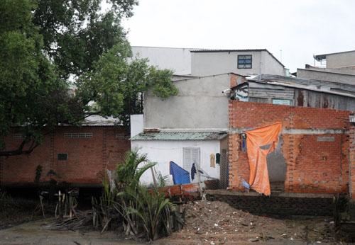 Những căn nhà bị sụn, lún nằm sát rạch Hiệp Ân.