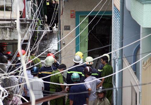 Cảnh sát cứu hộ cứu nạn có mặt giúp đưa tài sản, tháo dỡ nhà.