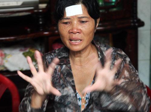 Bà Con kể lại giây phút được con trai kéo ra ngoài thoát nạn. Ảnh: An Nhơn