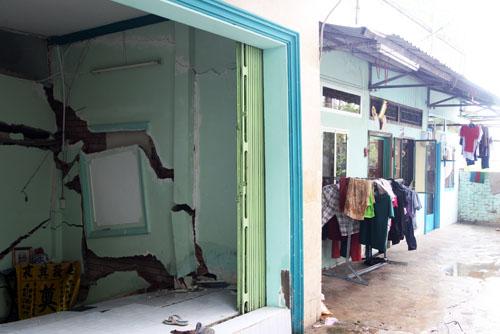 7 căn nhà liền kề bị nứt lún.