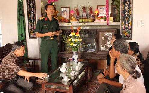 Đại tá Vũ Đình Đảng trao lại bức thư cho gia đình liệt sĩ Nguyễn Thái Hòa. Ảnh : Hoàng Phương.