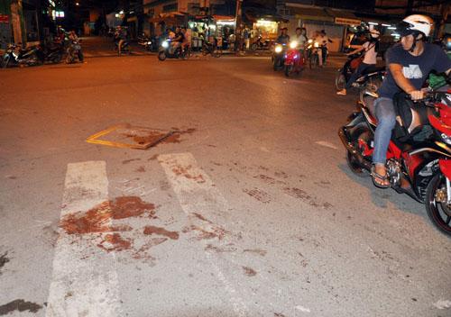 Vết máu mà nạn nhân gục xuống sau khi bị truy sát. Ảnh: An Nhơn