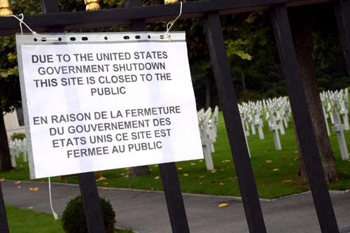 Thông báo đóng cửa tại nghĩa trang Mỹ ởSuresnes, ngoại ô phía tây Paris. Ảnh:AFPA
