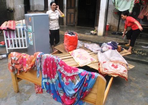 Mọi vật dụng trong nhà của cả nghìn hộ dân vùng rốn lũ Tĩnh Gia bị hư hại, nhiều thứ không thể sử dụng. Ảnh: Lê Hoàng