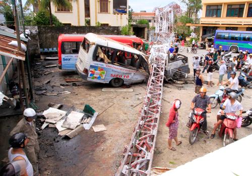Cột sóng phát thanh bị đổ khiến 2 người ở Quảng Bình tử vong. Ảnh: Nguyễn Đông