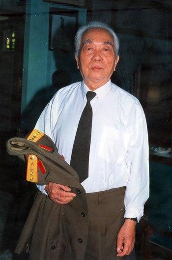 Khi còn làm việc tại Văn phòng Đại tướng, mỗi khi tướng Giáp dứt khỏi công việc, trời đã đều tối mịt. Tấm ảnh chụp lúc Đại tướng 83 tuổi.