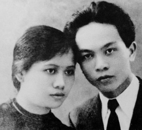 Đại tướng và phu nhân - bà Quang Thái - trong một lần chụp ảnh tại Hà Nội. Bà là người vợ đầu của Đại tướng, là em nhà cách mạng Nguyễn Thị Minh Khai và là thân mẫu của tiến sĩ Võ Hồng Anh. Bà Thái sinh năm 1915, hy sinh năm 1944.