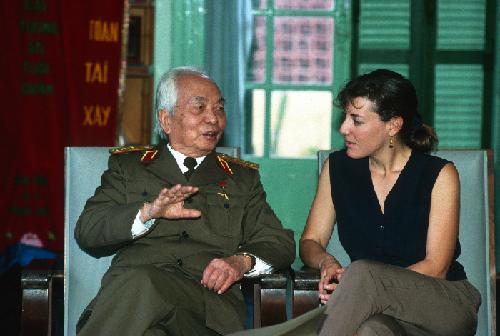 Đại tướng Võ Nguyên Giáp và nhà báo Catherine Karnow tại Hà Nội năm 1994.