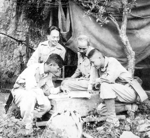 Chủ tịch Hồ Chí Minh và Đại tướng cùng Trung đoàn trưởng Thái Dũng (ngồi bên trái) nghiên cứu sơ đồ tác chiến Chiến dịch Biên giới 1950.