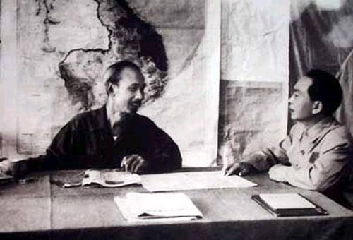 """Chủ tịch Hồ Chí Minh và đại tướng Võ Nguyên Giáp bàn kế hoạch tác chiến chiến dịch Điện Biên Phủ (1954). Trước khi đại tướng lên đường, Chủ tịch  hỏi: """"Chú đi xa như vậy chỉ đạo chiến trường có gì trở ngại?"""", đại tướng  trả lời: """"Thưa bác! Chỉ trở ngại là ở xa, khi có vấn đề quan trọng khó xin ý kiến của Bác và Bộ Chính trị"""". Chủ tịch Hồ Chí Minh nói: """"Tướng quân tại  ngoại, trao cho chú toàn quyền quyết định rồi báo cáo sau"""". Khi chia tay, Chủ tịch chỉ thị: """"Trận này rất quan trọng, phải đánh cho thắng, chắc thắng mới đánh. Không chắc thắng không đánh""""."""