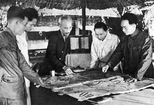 Tại căn cứ Việt Bắc, Người và các đồng chí lãnh đạo Đảng đã quyết định mở chiến dịch Điện Biên Phủ vào năm 1953.