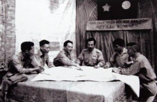 Đại tướng Võ Nguyên Giáp, Hoàng thân Souphanouvong bàn kế hoạch mở Chiến dịch Thượng Lào 1953, tạo bước ngoặt quan trọng đưa cuộc kháng chiến chống Pháp của nhân dân hai nước Việt Lào đi đến thắng lợi