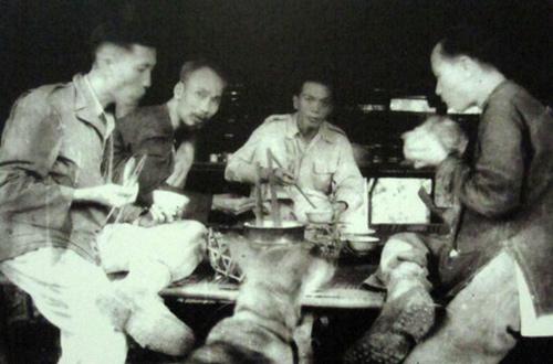 Bữa cơm tại chân đèo Re (phía Định Hóa, Thái Nguyên tháng 10/1948) của Chủ tịch Hồ Chí Minh, Tổng Bí thư Trường Chinh, Đại tướng Tổng tư lệnh Võ Nguyên Giáp và Ủy viên Ban Thường vụ Trung ương Đảng Lê Đức Thọ, trước ngày ông Lê Đức Thọ được cử vào Nam Bộ công tác