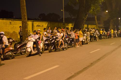 Hàng trăm người dân xếp thành hang dài trước 30 Hoàng Diệu, Hà Nội.