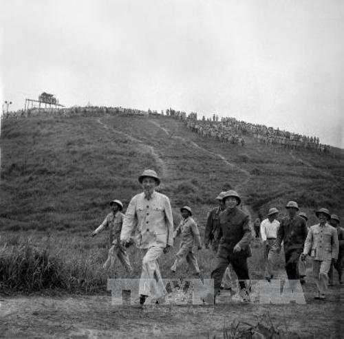 Chủ tịch Hồ Chí Minh và Đại tướng Võ Nguyên Giáp thăm một đơn vị bộ đội diễn tập (năm 1957). Ảnh TTXVN