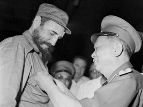 Đại tướng Võ Nguyên Giáp tặng Lãnh tụ Cuba Fidel Castro huy hiệu Chiến sỹ Điện Biên Phủ nhân chuyến thăm của Fidel Castro đến Việt Nam, tháng 9/1973. (Nguồn: TTXVN)