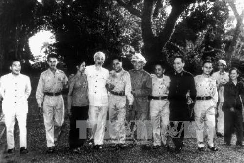 Chủ tịch Hồ Chí Minh và Đại tướng Võ Nguyên Giáp với các anh hùng miền nam tại khu vườn Phủ Chủ tịch ngày 15/11/1965.