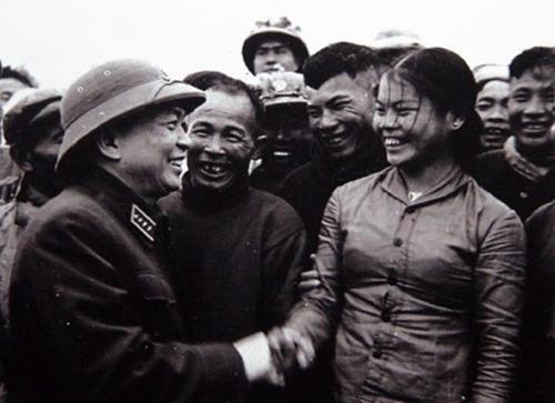 Đại tướng Võ Nguyên Giáp khen ngợi nhân dân địa phương và anh chị em công nhân đội vận tải Sông Gianh, Quảng Bình đã góp phần tích cực vận chuyển hàng ra tiền tuyến (1968)