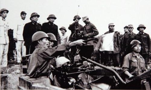 Đại tướng Võ Nguyên Giáp và trung tướng Song Hào, Chủ nhiệm Tổng cục Chính trị Quân đội Nhân dân Việt Nam quan sát Đại đội 6, Trung đoàn 233, Đoàn Cao xạ Đống Đa huấn luyện (Tết Mậu Thân 1968)