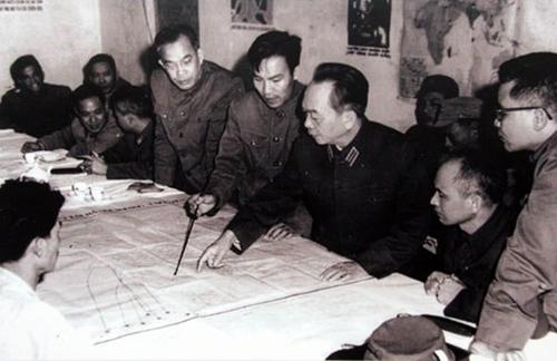 Đại tướng duyệt phương án đánh B52 của Mỹ tập kích vào Hà Nội năm 1972 tại Sở Chỉ huy Quân chủng Phòng không - Không quân