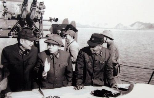 """Trong chuyến kiểm tra vùng biển Quảng Ninh sau chiến dịch phá thủy lôi năm 1973, đại tướng Võ Nguyên Giáp khẳng định: """"Quyết tâm bảo vệ toàn vẹn vùng biển, hải đảo của tổ quốc"""""""