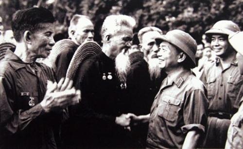 Đại tướng Võ Nguyên Giáp thăm đơn vị lão dân quân Hoằng Hóa (Thanh Hóa) - đơn vị bắn rơi máy bay Mỹ bằng súng trường, tại lễ duyệt binh nhân ngày Quốc khánh 2-9-1973