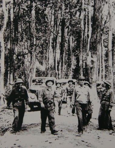 Đại tướng Võ Nguyên Giáp cùng Bộ Tổng tham mưu, Bộ Tư lệnh miền Nam và Tư lệnh trưởng Bộ đội Trường Sơn Đồng Sĩ Nguyên bàn kế hoạch tác chiến, chuẩn bị chiến dịch Đường 9 - Nam Lào tại một cánh rừng Trường Sơn năm 1971