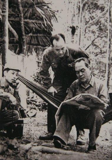 Đại tướng nghiên cứu bản đồ tuyến vận tải chiến lược của bộ đội Trường Sơn trên đường đi thăm đoàn 559 (tháng 3-1973)