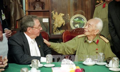 Ngày 28/4/2005, tại Hà Nội, đồng chí Raul Castro, Bí thư thứ hai Ban Chấp hành Trung ương Đảng Cộng sản Cuba, Phó Chủ tịch thứ nhất Hội đồng Nhà nước, Hội đồng Bộ trưởng Cuba, đến chào Đại tướng Võ Nguyên Giáp nhân dịp sang thăm Việt Nam. Ảnh: Nhan Sáng  TTXVN