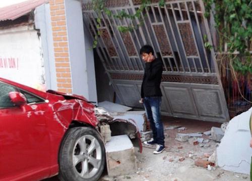 Hiện trường chiếc Toyota Venza tông sập chiếc cổng kiên cố.