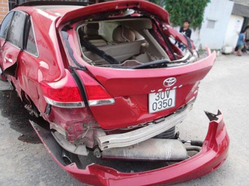 Sau vụ tai nạn, xe Venza bị nát cả đuôi, bánh sau bắn rời khỏi xe.