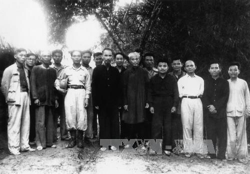 Đại tướng Võ Nguyên Giáp (hàng đầu, thứ ba từ trái sang) bên cạnh Chủ tịch Hồ Chí Minh, sau lễ phong quân hàm Đại tướng, tại Lục Rã, chân đèo Re, ngày 27/5/1948. Ảnh: TTXVN