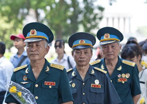 Ông Mai Bá Quát cùng 2 người đồng đội của mình là cựu chiến binh kỹ thuật không quân xúc động và bồi hồi nhớ lại giây phút chiến thắng Điện Biên Phủ năm 1954 và được Đại tướng Giáp đến chúc mừng.