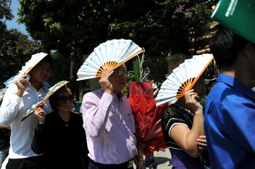 Người dân không quản nắng nóng xếp hàng chờ vào tưởng niệm vị Đại tướng đáng kính.