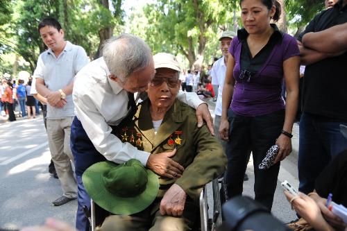 Trung tá Nguyễn Hoan 77 tuổi cũng đi viếng đại tướng và xúc động khi hội ngộ người đồng đội cũ.