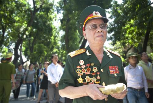 Đại tá Nguyễn Quang Thiền 82 tuổi, là đặc công duy nhất còn sống sót của đội đặc công 21 Tây Nguyên. sau khi chiến dịch Mậu Thân kết thúc, ông có vinh dự được gặp đại tướng và được đại tướng tặng cho 1 chiếc khăn xoa mà vẫn trân trọng gìn giữ tới tận bây giờ.