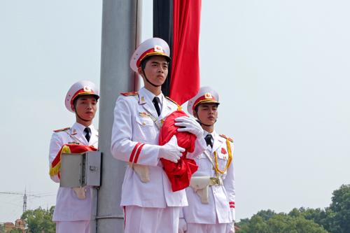 Lễ treo cờ rủ Quốc tang Đại tướng Võ Nguyên Giáp tại quảng trường Ba Đình lúc 12h trưa nay. Ảnh: Nguyễn Thắng
