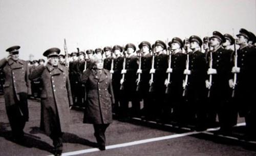 Bộ trưởng Quốc phòng Liên Xô, nguyên soái Ustinov (bên trái, hàng trên) và Đại tướng Võ Nguyên Giáp duyệt đội danh dự trong chuyến thăm Liên Xô năm 1977. Hình lấy từ kho tư liệu của Boris