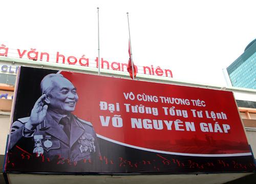 Nhà văn hóa Thanh Niên còn treo hình Đại tướng Võ Nguyên Giáp.
