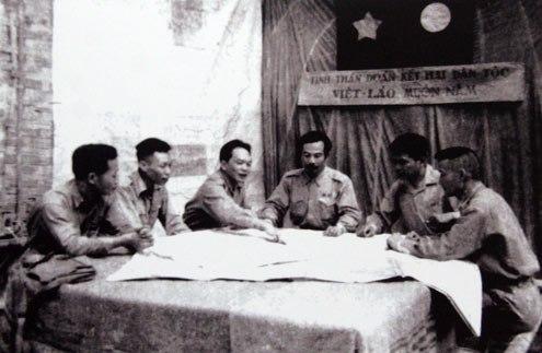 Đại tướng Võ Nguyên Giáp và Hoàng thân Xu-Pha-Nu-Vông, cùng các đồng chí cán bộ Việt Nam- Lào họp bàn mở chiến dịch thượng Lào năm 1953