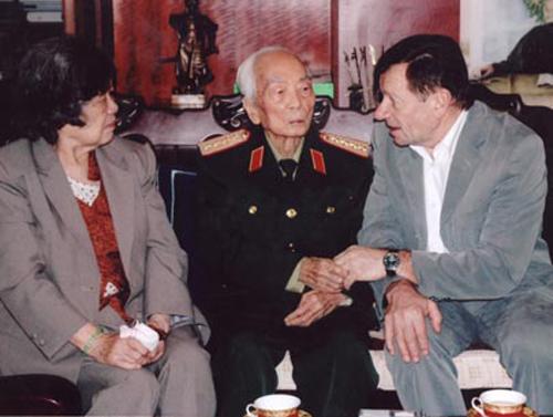 [Caption]Đại tướng Võ Nguyên Giáp, phu nhân Đặng Bích Hà và André Menras trong buổi gặp ngày 2-2-2009. Ảnh: Lê Văn Hải.