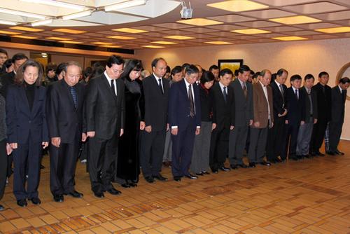 Sáng 12/10, Đại sứ quán Việt Nam tại Pháp đã mở sổ tang viếng Đại tướng Võ Nguyên Giáp. Từ nhiều ngày trước, Đại sứ quán đã thông báo rộng rãi trên trang web chính thức là sẽ mở cửa trong 4 ngày, từ ngày 12-15/10 để các tổ chức, cá nhân, cộng đồng người Việt Nam tại Pháp, đại diện chính quyền và người dân Pháp, các phái đoàn ngoại giao ở thủ đô Paris đến viếng và tưởng nhớ vị tướng huyền thoại và đáng kính của dân tộc Việt Nam
