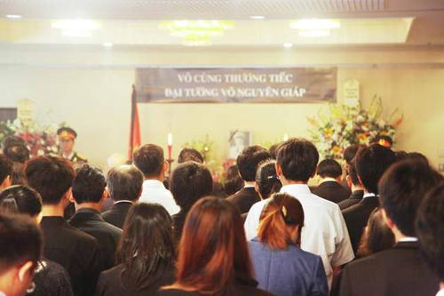 Đại sứ Đoàn Xuân Hưng sáng qua thay mặt toàn bộ nhân viên đại sứ quán và cộng đồng Việt Nam tại Nhật Bản thắp nén nhang đầu tiên kính cẩn nghiêng mình tưởng nhớ Đại tướng Võ Nguyên Giáp.Cộng đồng người Việt tại Nhật Bản đã bày tỏ niềm tiếc thương vô hạn đối với một vị tướng văn võ song toàn - một đại trí thức của dân tộc Việt.Tại lễ viếng, rất nhiều bạn bè Nhật Bản đã chủ động tìm đến để chia sẻ mất mát với cộng đồng Việt Nam.Cựu đại sứ Nhật Bản tại Việt Nam, Hiroyuki Yushita, cũng bày tỏ sự kính phục trước những cống hiến to lớn của Đại tướng Võ Nguyên Giáp: Tôi thực sự rất đau buồn vì sự ra đi của Đại tướng. Tôi muốn bày tỏ lòng thành kính của mình đến Đại tướng bởi những cống hiến của ông đối với sự phát triển của Việt Nam cũng như sự phát triển của mối quan hệ giữa Nhật Bản và Việt Nam.