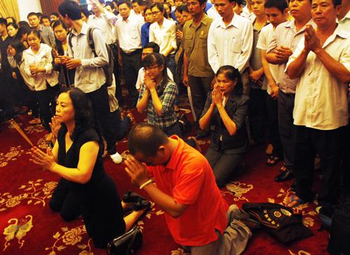 Tại TP HCM, từ 6h sáng, mọi người bắt đầu tập trung về Hội trường Dinh Thống Nhất TP HCM để tham dự lễ truy điệu Đại tướng Võ Nguyên Giáp. Số lượng tham gia khoảng 2.000 người. Đội cảnh vệ mặc lễ phục nghiêm trang túc trực từ trong ra ngoài.