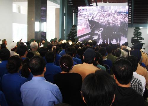 màn hình được bố trí trong và ngoài hội trường đồng loạt bắt đầu tiếp sóng trực tiếp lễ truy điệu diễn ra tại Hà Nội. Trong Hội trường chính là lãnh đạo thành phố, đại diện các Sở ban ngành, cựu chiến binh. Ngoài sân phía trước hội trường là các khối đoàn thể và người dân thành phố.