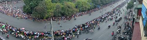 Người dân chờ đợi tại khu vực Kim Mã.