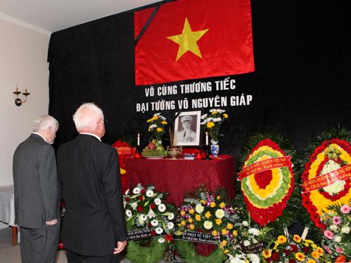 Đứcngày 12/10, đạisứ quán Việt Nan tạiBerlin đã mở cửa đón tiếp các đoàn ngoại giao, các hội đoàn, tổ chức xã hội, cá nhânđến viếng Đại tướng Võ Nguyên Giáp. Trước đó cơ quan sứ quán đã làm lễ viếng Đại tướng.Đại sứ quán Việt Nam tại Đức sẽ đón tiếp các tổ chức, cá nhân Việt Nam và nước ngoài đến viếng và ghi sổ tang tưởng niệm Đại tướng Võ Nguyên Giáp tại trụ sở đến ngày14/10.