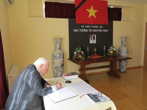 Dùcác ngày 12 và 13/10 là ngày nghỉ và chưa hề có tiền lệ các cơ quan đại diện ngoại giao tại Hy Lạp tổ chức sự kiện vào cuối tuần,nhiều đại diện các cơ quan tổ chức, bạn bè Hy Lạp và ngoại giao đoàn đã đến trụ sởđể kính viếng và ghi số tang, thể hiện sự kính trọng sâu sắc đối với Đại tướng Võ Nguyên Giáp và tình cảm sâu đậm đối với nhân dân Việt Nam.Trong hai ngày 12-13/10, ĐSQ đã đón tiếp gần 40 đoàn đến viếng Đại tướng. ĐSQ tiếp tục mở sổ tang để bạn bè Hy Lạp và quốc tế đến viếng Đại tướng trong ngày 14/10/2013.